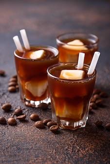 Eiskaffee mit gefrorener milch