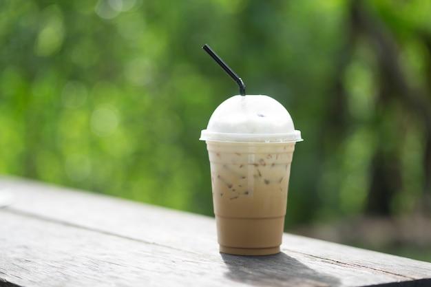 Eiskaffee mit grünem baum bokeh hintergrund