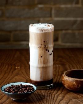 Eiskaffee mit milch auf dem tisch