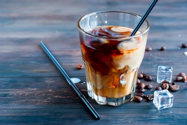 Eiskaffee mit milch im glas