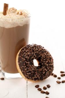 Eiskaffee mit schlagsahne und donut