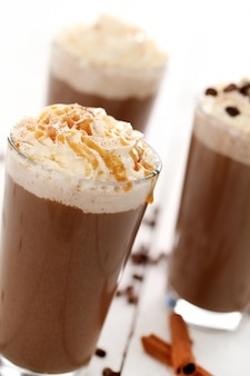 Eiskaffee mit schlagsahne