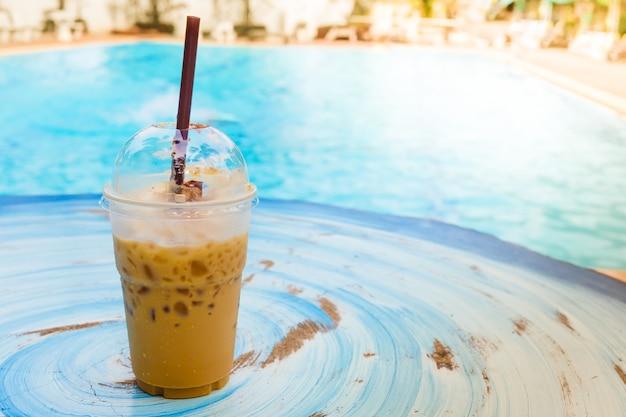 Eiskaffee mit swimmingpool