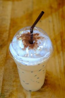 Eiskaffee mocca mit strohhalm in plastikbecher