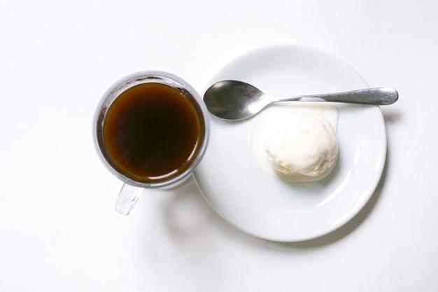 Eiskaffee und kaffeebohnen auf dem weißen hintergrund.