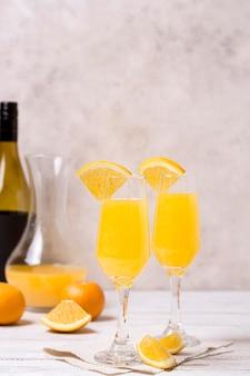 Eiskalte cocktails zum servieren bereit