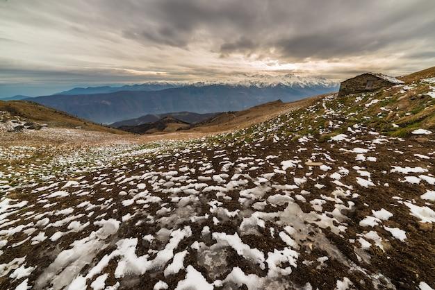 Eiskalte winterlandschaft bei sonnenuntergang