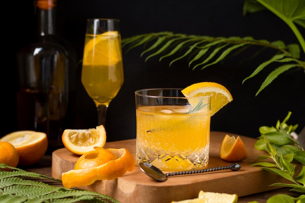 Eiskaltes alkoholisches getränk zum servieren bereit