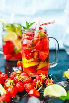 Eiskaltes sommercocktail oder -limonade im weckglas.