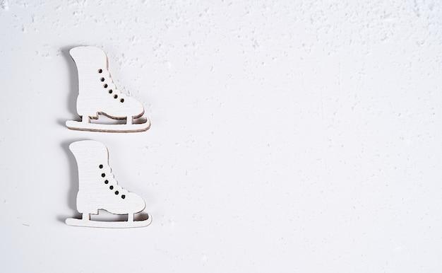Eiskunstlaufschuhe sind vor dem hintergrund aufgehängt