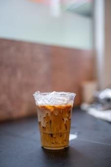 Eislatte kaffee in plastikglas