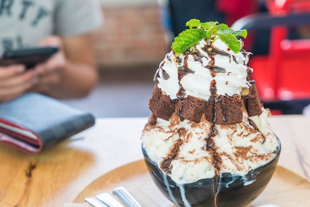 Eisrasur mit schokoladenbrownies