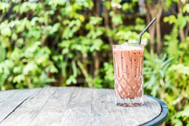 Eisschokoladen-smoothie-glas auf dem tisch