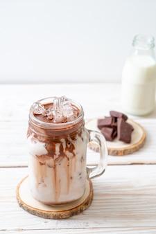 Eisschokoladenmilchshake-getränk auf holzoberfläche