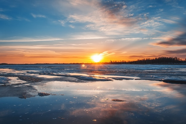 Eisschollen im fluss bei sonnenuntergang, frühling