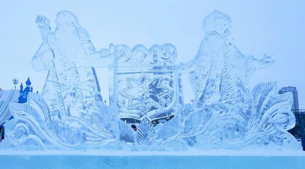 Eisskulpturen von santa claus und snow maiden