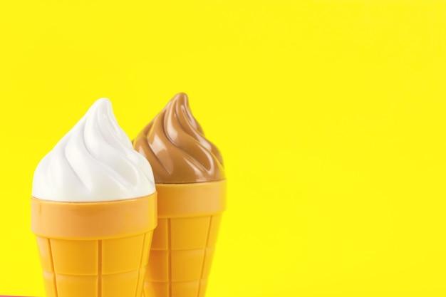 Eisspielzeug aus kunststoff auf gelbem grund,