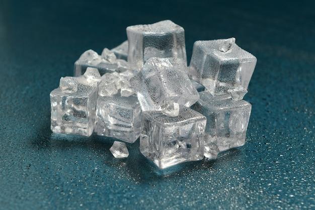 Eisstein auf reflektierender oberfläche des hintergrunds mit tropfen, vorstellung einer kalten umgebung oder eines sehr kalten ortes