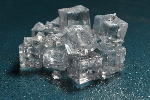 Eisstein auf reflektierender oberfläche