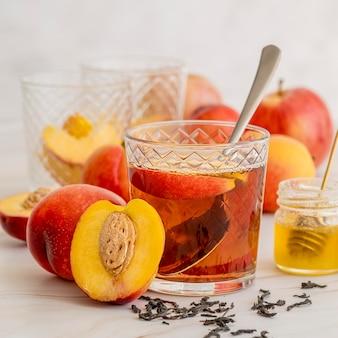 Eistee glas mit pfirsich