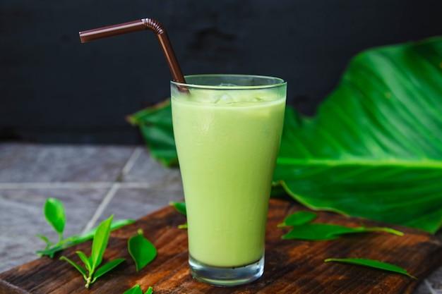 Eistee grüner tee und frische teeblätter für die gesundheit