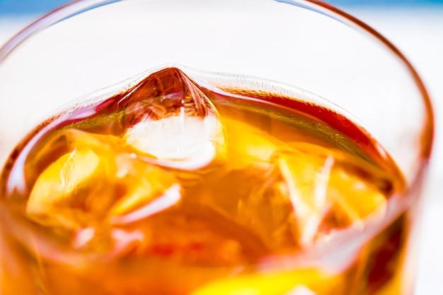 Eistee mit zitrone im glas als kaltes frischgetränk im freien sommercocktail oder süßes fruchtsodagetränk...