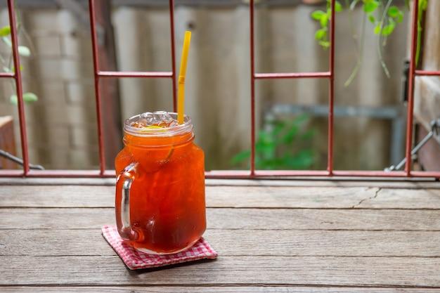 Eistee zitrone limette tee auf glastisch in einem krug