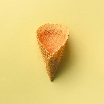 Eistüte auf gelbem hintergrund. muster für minimalen stil. pop-art-design, kreatives konzept.
