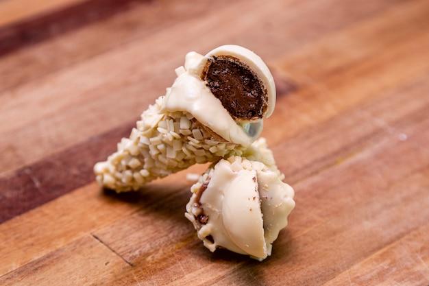 Eistüte gefüllt mit dulce de leche schokoladenbrigadeiro