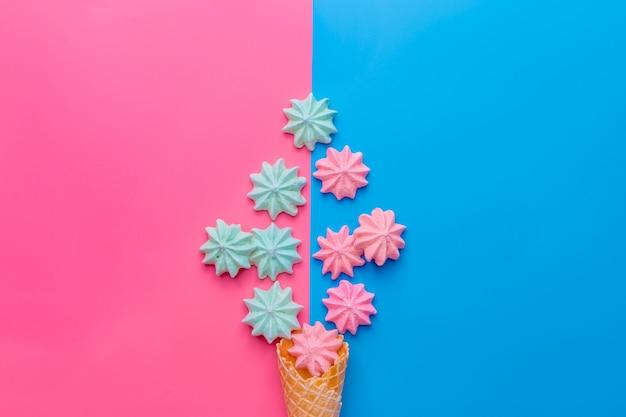 Eistüte mit meringen auf blau und rosa