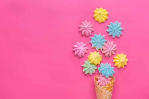 Eistüte mit meringen auf rosa