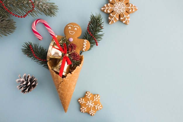 Eistüte mit weihnachtszusammensetzung