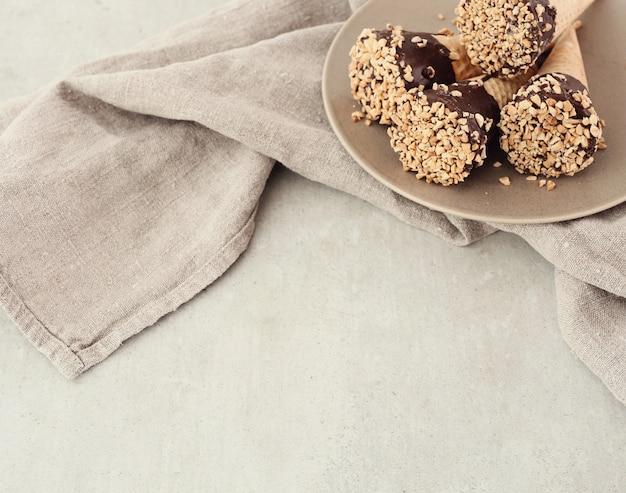 Eistüten mit mandeln und schokolade