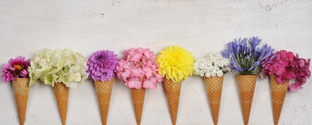 Eistüten mit schönen blumen