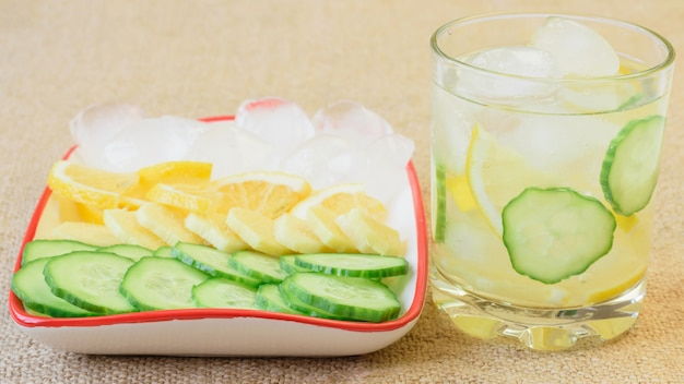 Eiswasser, zitrone, ingwerwurzel und gurke.