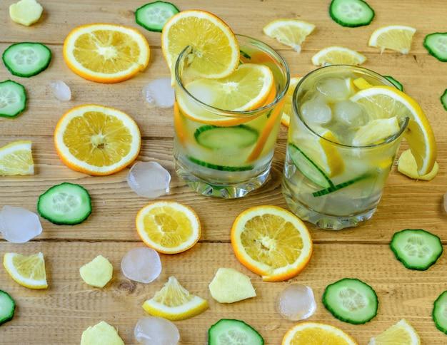Eiswasser, zitrone, orange, ingwerwurzel und gurke.
