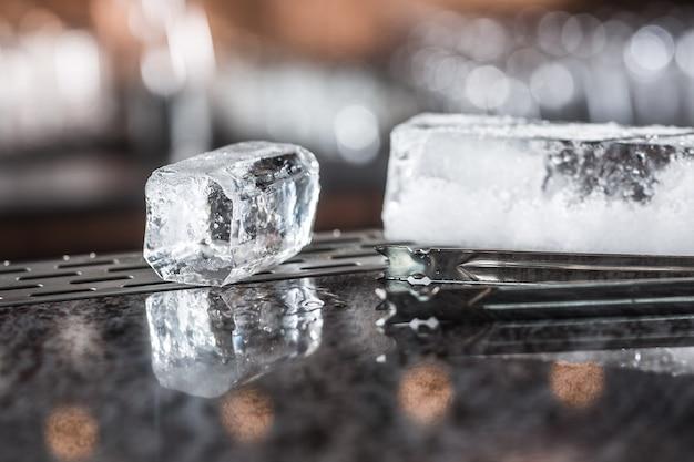 Eiswürfel am barcounter im nachtclub oder restaurant.