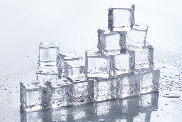 Eiswürfel auf dem tisch