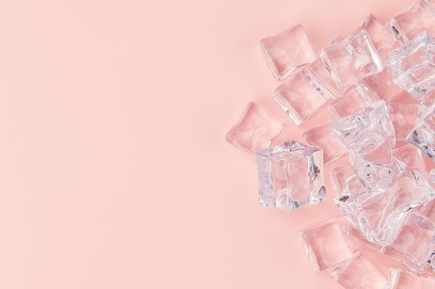 Eiswürfel auf rosa hintergrund