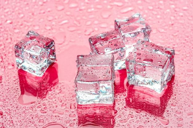 Eiswürfel auf rosa