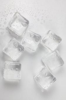 Eiswürfel auf weißem hintergrund.