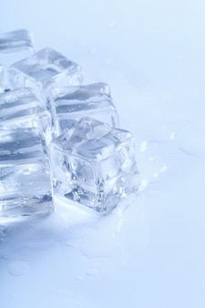 Eiswürfel auf weißem tisch