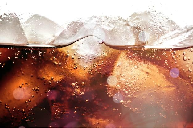 Eiswürfel in cola-getränk, nahaufnahme
