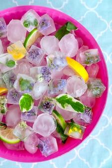 Eiswürfel in der glasschüssel