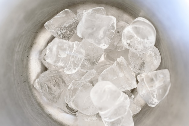 Eiswürfel in einem eiskübel.