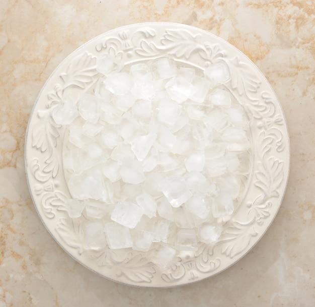 Eiswürfel in einer schüssel auf einer marmoroberfläche