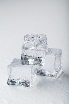 Eiswürfel in form einer pyramide mit wassertropfen hautnah im makro
