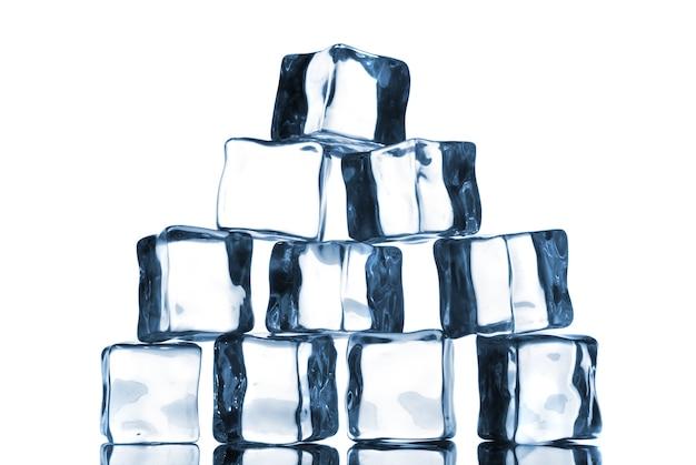 Eiswürfel isoliert auf weiß