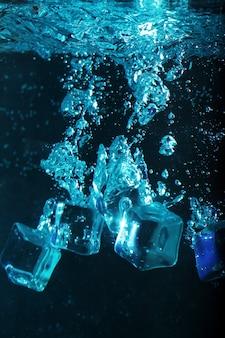 Eiswürfel mit blasen unter wasser