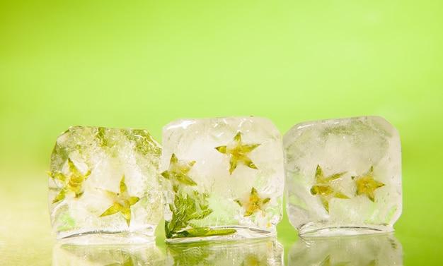 Eiswürfel mit blütenknospe auf dem tisch
